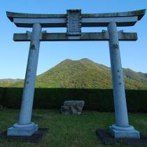 圧縮高売布神社お旅所から大舟山山を望む