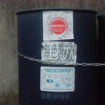 ドラム缶上部に回収できない理由の記載されたシールが貼ってあります