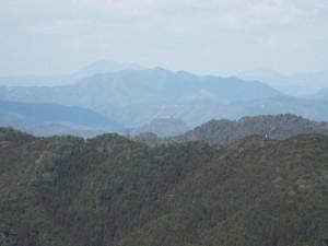 21-山頂から城山(黒井城跡)遠望