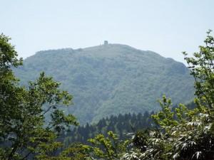 8-氷ノ越から見た山頂避難小屋
