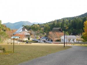3-公園管理棟(左)と茅葺民家(右)