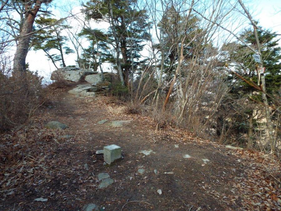 17-山頂の大岩と三角点